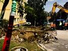 Propadlá vozovka v ulici Na Křivině v pražské Michli. (22. července 2014)