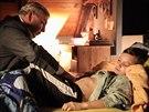 Záběr z natáčení. Doktor Martin v podání Miroslava Donutila u jednoho z mladých...