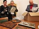 Momentka z p�ed�v�n� osmi nelezen�ch star�ch ikon Ostravsk�mu muzeu. Zleva...