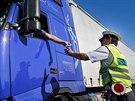 �idi� kamionu pod�v� doklady policistovi p�i silni�n� kontrole u B�kve na...