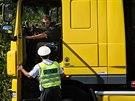 Kontrola kamion� je tak d�kladn�, �e s jedn�m autem str�vili policist� u B�kve...