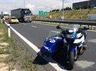 Za sjezdem z dálnice D1 havaroval motorkář.