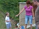 Na m�sto tragick� nehody, kde zahynul p�tilet� chlapec, za��naj� lid� u� nosit...