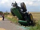 Na Brněnsku se převrátil traktor s vlečkou. Vysypalo se z ní šestnáct tun...