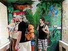 Malíř Petr Přikryl nově vyzdobil pavilon ptáků v hodonínské zoo. Použil motivy...