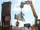 Dělníci pokládají středové panely pro nové provizorní pruhy na modernizovaném...