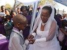 Nevěsta navléká prsten svému o 53 let mladšímu ženichovi.