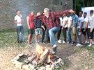 Daniel Hůlka předvedl mladým krasavcům, jak se skáče přes oheň.