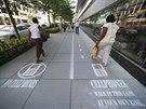 Pruh pro chodce s mobilem najdete podél Osmnácté ulice ve městě Washington D.C.