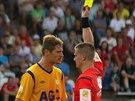 Rozhodčí Zbyněk Proske uděluje žlutou kartu teplickému Davidu Jablonskému.