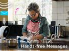 Při vaření může Jibo plnit úlohu hands-free a číst vám zprávy nebo zvedat...