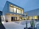 Geometrické pravoúhlé linie stavby zaujmou na první pohled čistotou a elegancí.
