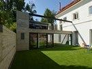 Vnitřní zahrada nabízí příjemné soukromí, přímý vstup umožňují francouzská okna.