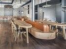 N�bytek nechal architekt vyrobit z dubov�ho d�eva v tepl� medov� barv�.