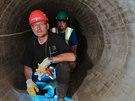 Prostory jsou pro dělníky stísněné. Před pokládkou nového čedičového obložení dělníci omyli povrch tlakovou vodou.