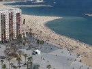 Výhled na městskou pláž v Barceloně z visuté lanovky.