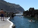 """Mořské lázně Porto Moniz na Madeiře nabízejí koupání v lávových """"rybníčcích""""."""