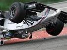 VZHŮRU NOHAMA. Felipe Massa obrátil svůj Williams v první zatáčce na