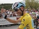 ŽRALOK VE ŽLUTÉM. Vincenzo Nibali zdraví fanoušky na startu patnácté etapy Tour...