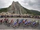 Peloton Tour de France proj�d� v patn�ct� etap� kolem skaln�ho �tvaru Sisteron.