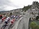 Klidn� patn�ct� etapa do Nimes provedla peleton Tour de France historick�mi...