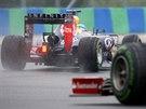 Sebastian Vettel s Red Bullem krou�� po mokr� trati v z�vod� v Ma�arsku.