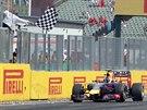 A JE TO. Daniel Ricciardo vítězí ve Velké ceně Maďarska na Hungaroringu.