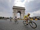 ZA VÍTĚZSTVÍM. Vincenzo Nibali ve žlutém trikotu pro nejlepšího závodníka míří...