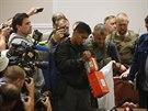Malajsijský expert zkoumá černou skříňku z letu MH17, kterou úřadům předali...