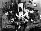 Ranění spojenečtí vojáci hrají karty v londýnské nemocnici (nedatováno).