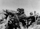 Americký voják na západní frontě odhazuje granát na nepřítele (15. března 1918).