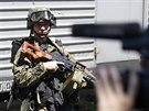 Ozbrojen� prorusk� separatista stoj� u vlaku, ve kter�m jsou ulo�eny ostatky...