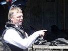 Experti z OBSE a nizozem�t� vy�et�ovatel� prohl�ej� chlad�c� vagon, ve kter�m...