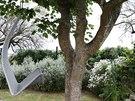K domu patří dřevěné terasy, ale také zahrada s četnými relaxačními kouty.