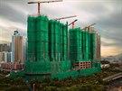 Budovy jsou zabalené do barevného materiálu, který chrání okolní zástavbu a...