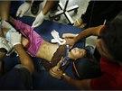 Dívka zraněná při izraelském náletu na školu provozovanou OSN (24. 7. 2014).