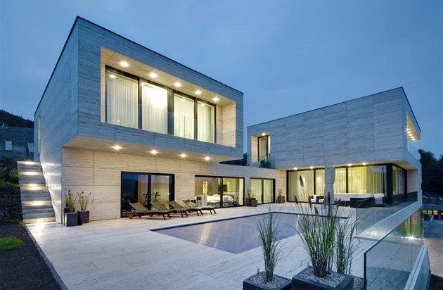 Geometrické pravoúhlé linie stavby zaujmou na první pohled �istotou a elegancí.