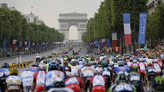 PA�Í�. Peleton mí�í skrz Vít�zný oblouk za vyvrcholením leto�ní Tour de France.