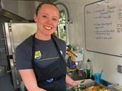 Hannah Grantová, šéfkuchařka stáje Tinkoff-Saxo, ve svém kamionu mezi obědem a