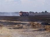Požár zničil 40 hektarů balíků slámy na poli u Boharyně na Královéhradecku....