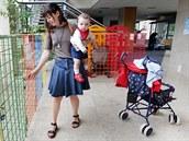 Matky s malými dětmi, které míří na polikliniku v Bílém domě na Žerotínově...