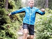 """Pánská bunda i kraťasy při běhu přizpůsobí svůj tvar a """"přilepí"""" se na tělo. Oba kousky disponují voděodpudivou úpravou."""