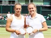 FINALISTKY. Marie Bouzková (vpravo) se svou partnerkou Dalmou Galfiovou...