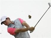 Severoirský golfista Rory McIlroy odpaluje mí�ek na British Open.