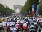 PAŘÍŽ. Peleton míří skrz Vítězný oblouk za vyvrcholením letošní Tour de France.