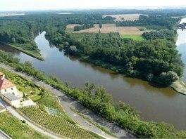 Soutok Vltavy a Labe je lemován vinohrady.