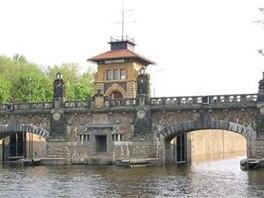 Historické zdymadlo Hořín sestává ze dvou plavebních komor vedle sebe.