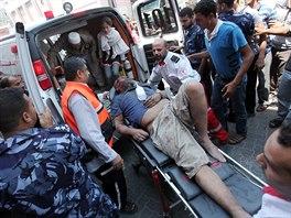 S nakládáním zraněných mnohdy pomáhají i civilisté.