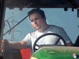 TRAKTORISTA. Ministr zem�d�lstv� Marian Jure�ka z KDU-�SL za volantem traktoru...