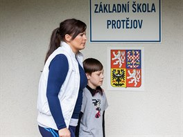 """Herečka Jitka Čvančarová s jedním z místních malých """"herců"""". Škola ve Velkých..."""